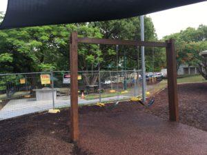 ブリスベン Neal Macrossan 公園の遊具 ブランコ